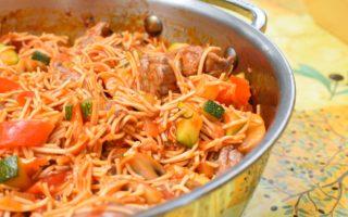 Runderreepjes met pikante tomatensaus en wokmie
