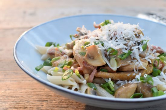 Pasta met kip, spekblokjes en champignons