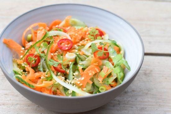 Oosterse wortel komkommer salade