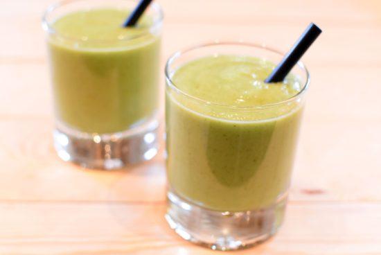 Groene smoothie met pit van avocado