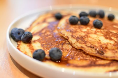 American pancakes met ahornsiroop en bosbessen
