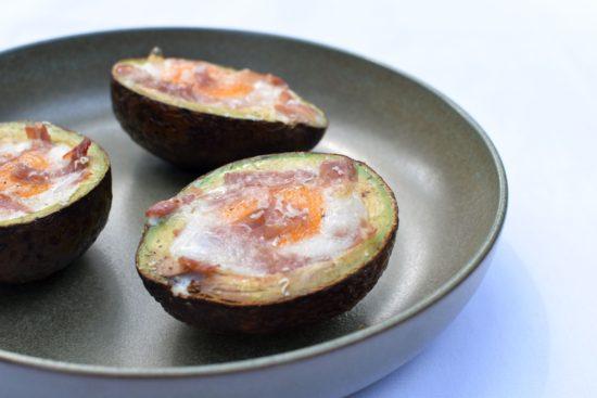 In de oven gebakken avocado met ei en Ganda Ham