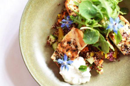 Lauwe quinoa salade met gegrilde kip en Tzatziki yoghurt