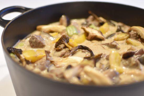 Stoofpotje van lamsvlees met gele paprika en aubergine