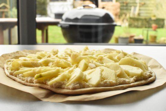 Zoete pizza met appel, ricotta en calvados op de barbecue