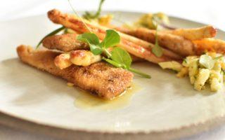 Krokante visreepjes en gebakken asperges op Vlaamse wijze