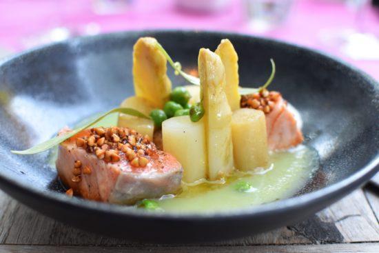 Zalm mi-cuit - witte asperges - Hazelnootboter - Knapperige lentegroenten