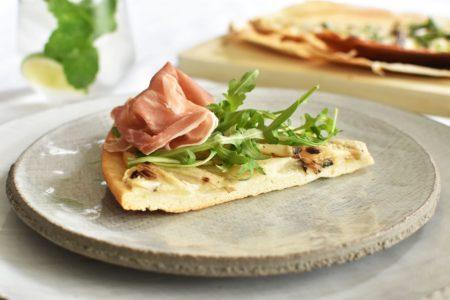 Pizza bianca met gegrilde asperges, Parmaham en rucola