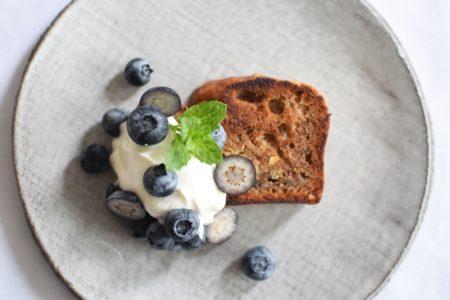 Bananenbrood - Gegrild - Griekse yoghurt - Blauwe bessen