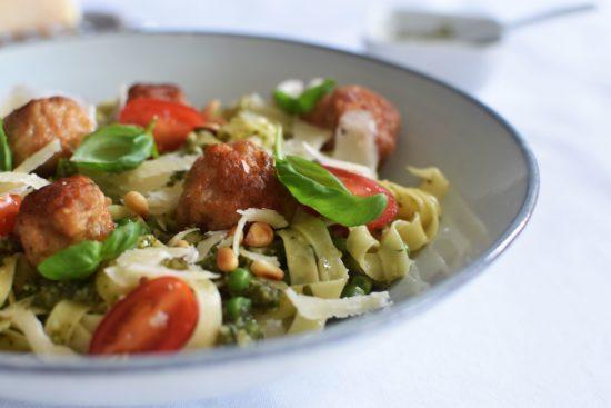 Pasta pesto met doperwten en balletjes van scampi & varkensvlees