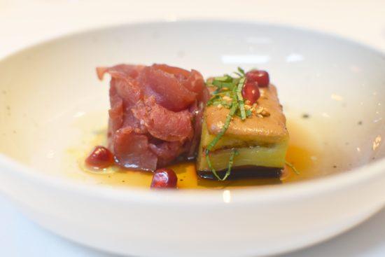 Signature dish: gekonfijte aubergine met saté uit Taiwan, Holstein 29 dagen gerijpt, bonito, sesam, witte munt en ponzu