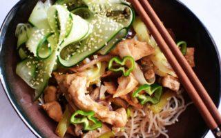 Hoisin kip met noedels en zoet zure komkommer