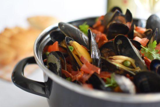Paella mosselen met doperwten, paprika en chorizo