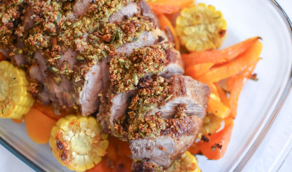 Varkensspiering gebraad met pistachekorst en ovengroenten
