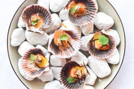 Gebakken mini Sint-Jacobsvruchten met miso boter en krokante nori