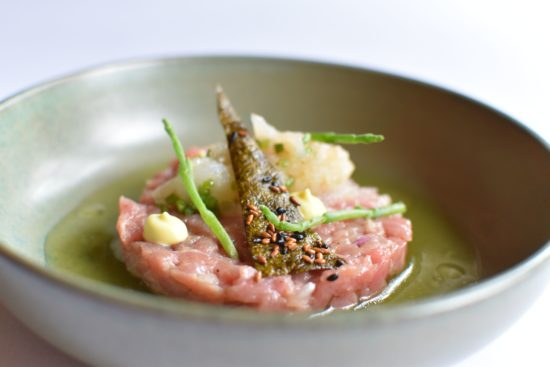 Tartaar van kalfsvlees met zeebarbeel, krokante nori en jus van komkommer.