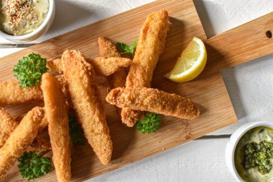 Crispy Fish Fingers met chimichurri, wortel of nori dip