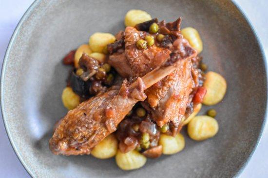 Parelhoen met aubergine, erwtjes en gebakken gnocchi