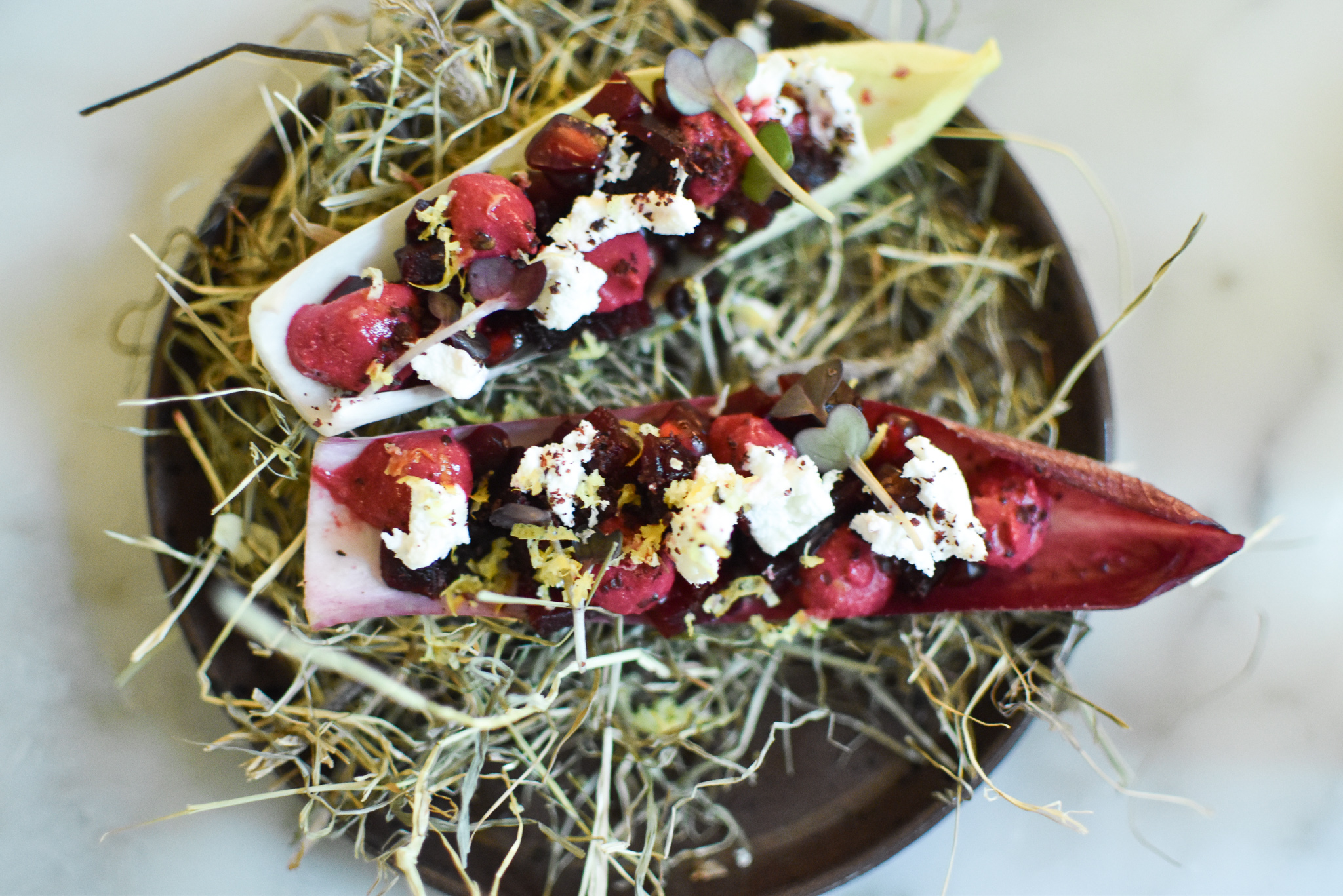 2015 - Witloof, gebrokkelde geitenkaas, crème van rode biet, za'athar, limoen, granaatappel, kervel. Graanmarkt 13