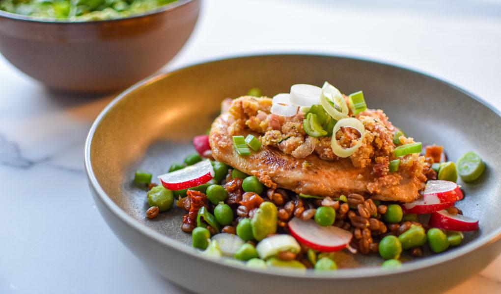Speltsalade met kip en pesto van doperwten