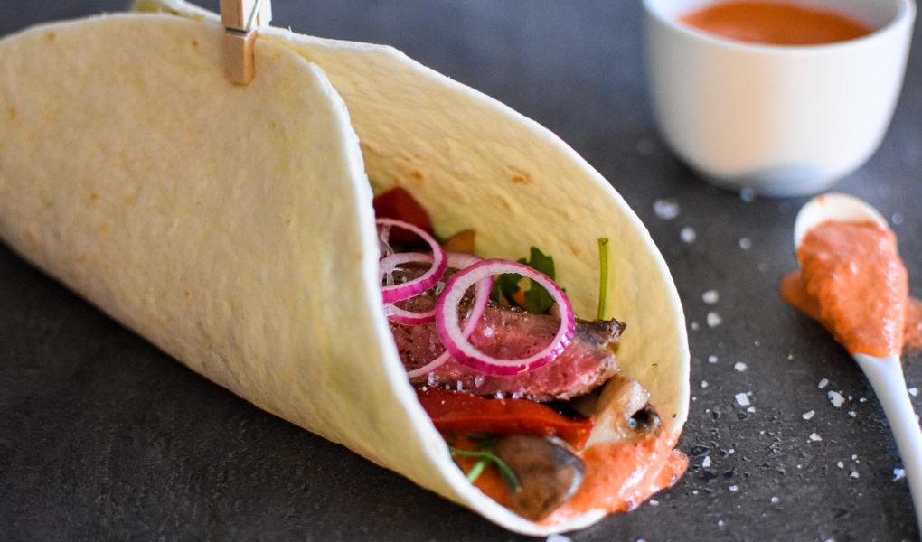 Wrap biefstuk stroganoff met dressing van geroosterde paprika