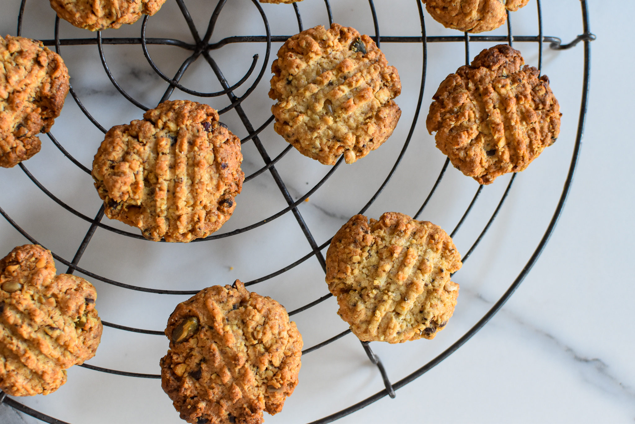 Krokante havermout koekjes met chocolade en noten