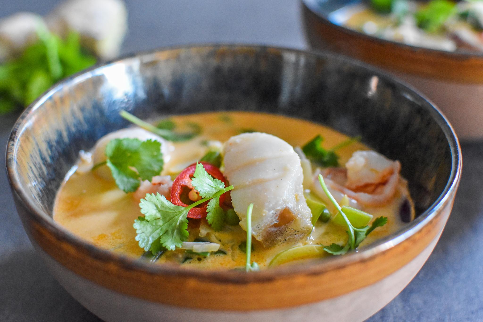 Thaise kokossoep met rode curry, kabeljauw en scampi