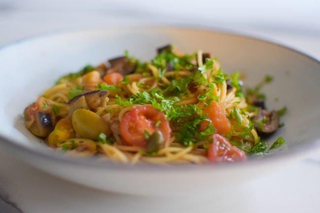 Pasta puttanesca met aubergine