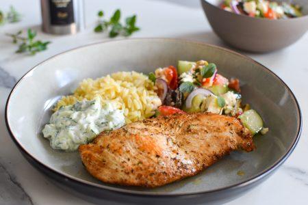 Gemarineerde kip met Griekse salade en orzo