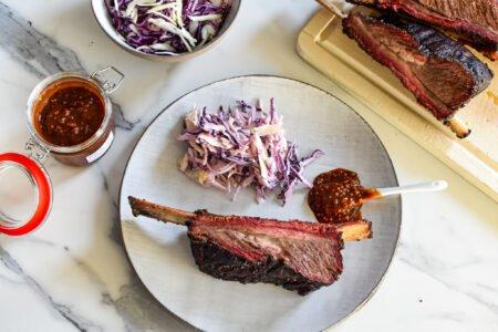 Runderribben of short ribs met koolsla en barbecuesaus