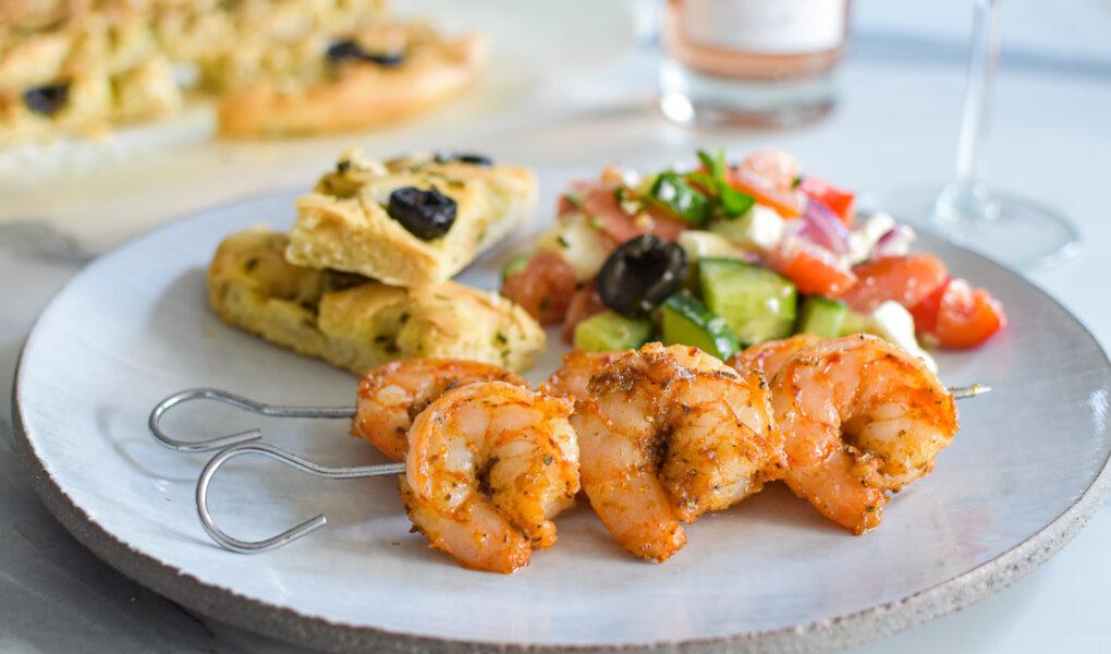 Souvlaki van scampi met verse focaccia en Griekse salade