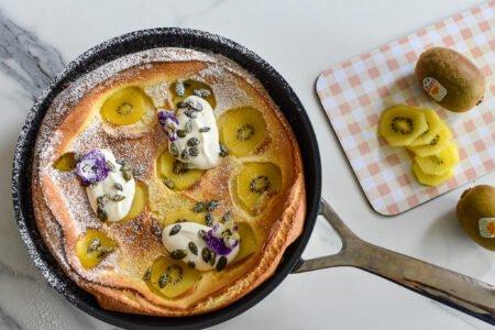 Dutch baby pancake met kiwi en Griekse yoghurt