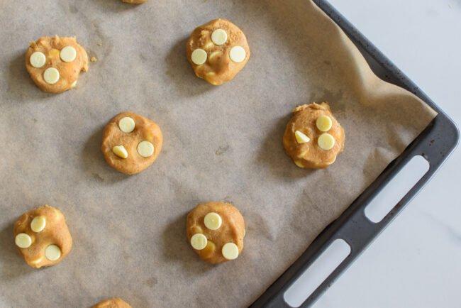 Koekjes: Witte chocolade cookies met aardbeienijs