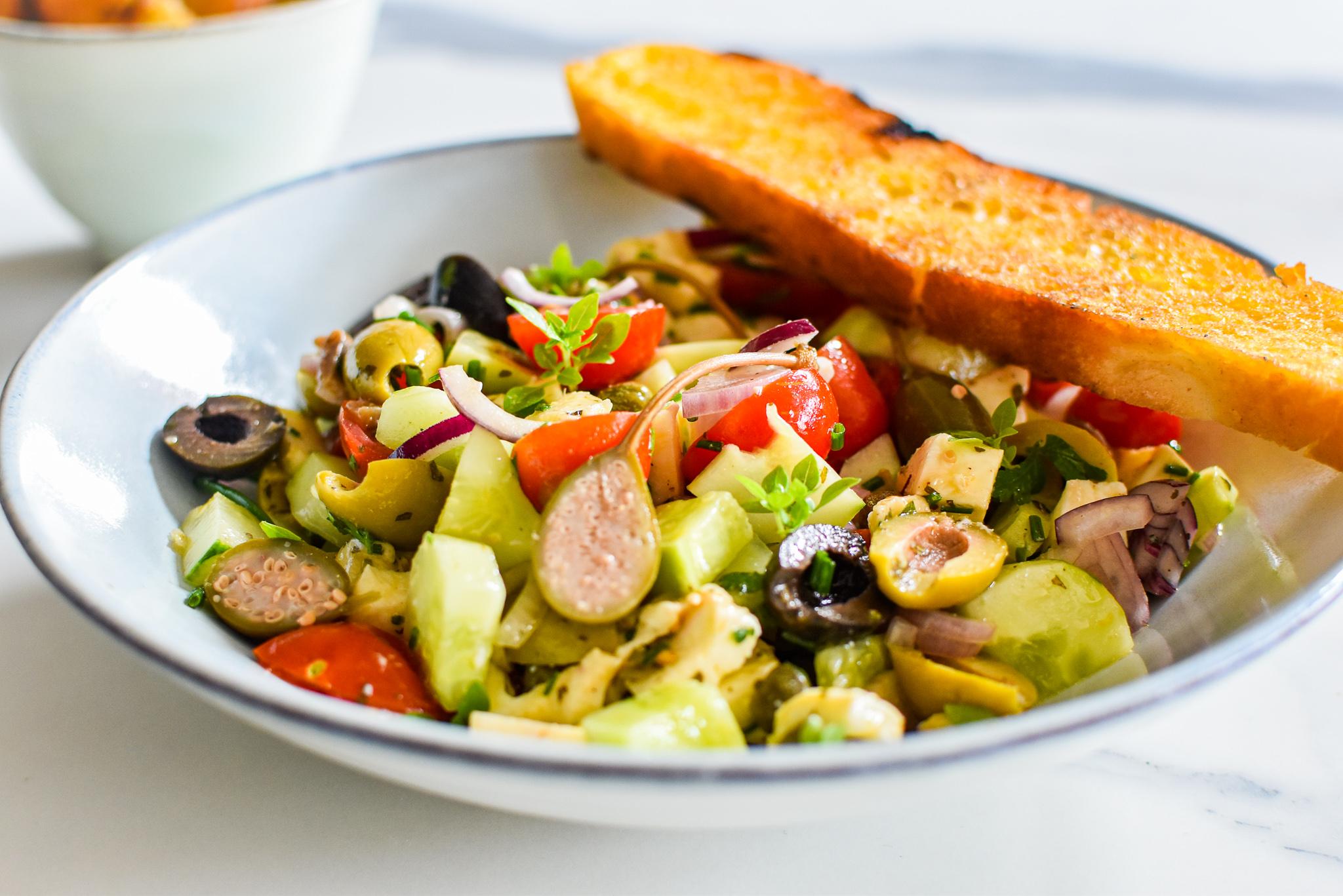 Panzanella - Italiaanse salade met geroosterd brood