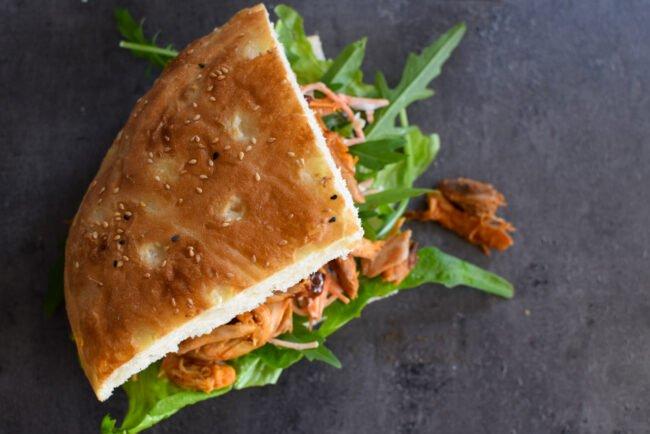 Pulled chicken met koolsla, Turks brood en BBQ-saus