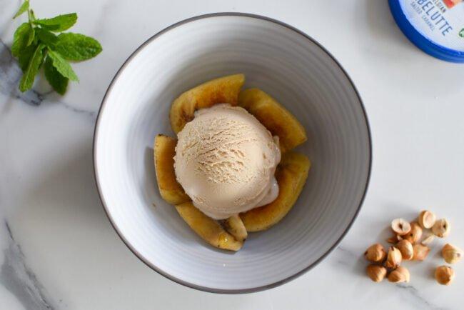 Gekarameliseerde banaan met hazelnoten, karamel en Babelutte roomijs