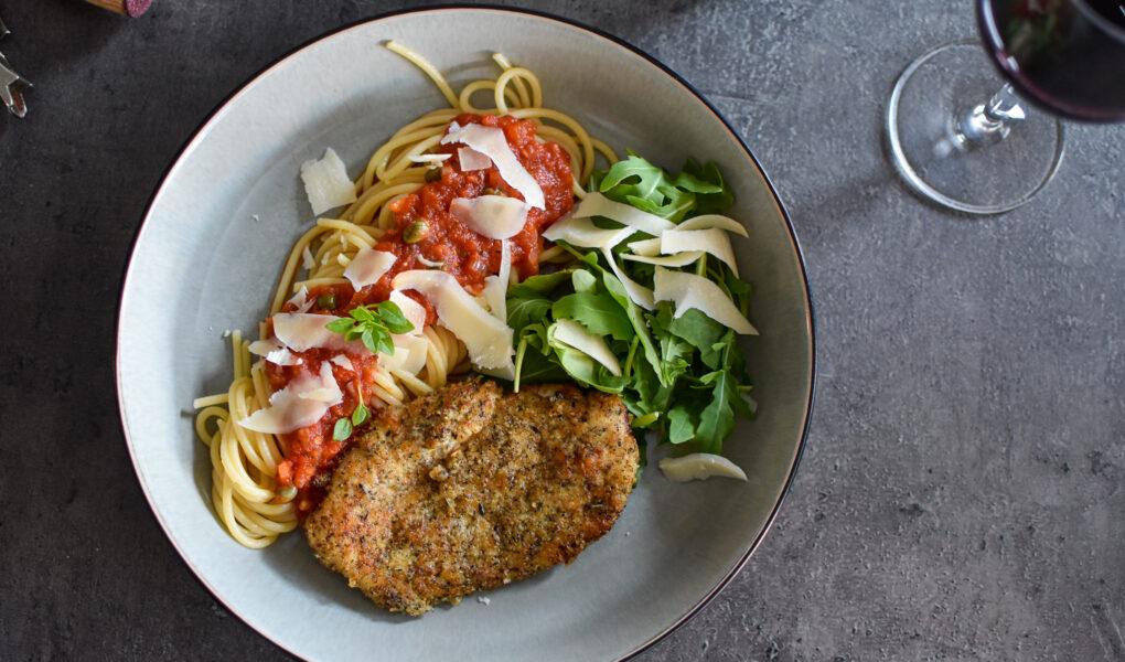 Kip Milanese met pasta en tomatensaus