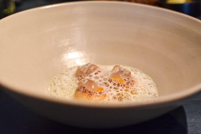 Gnocchi van oude Mimolette-kaas, kokkels en een jus van citroentijm