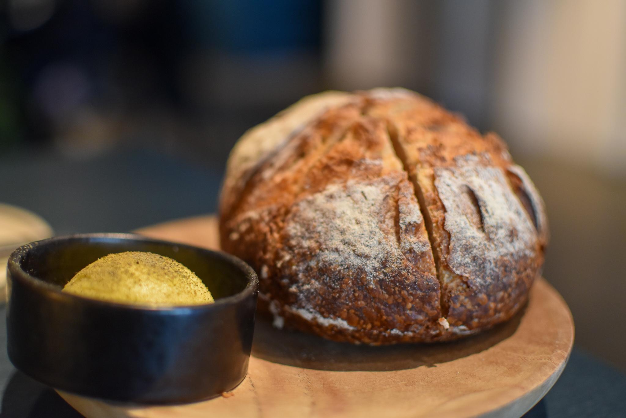 Huisgemaakt zuurdesembrood - Bordier-boter met olijfolie en poeder van kappertjes