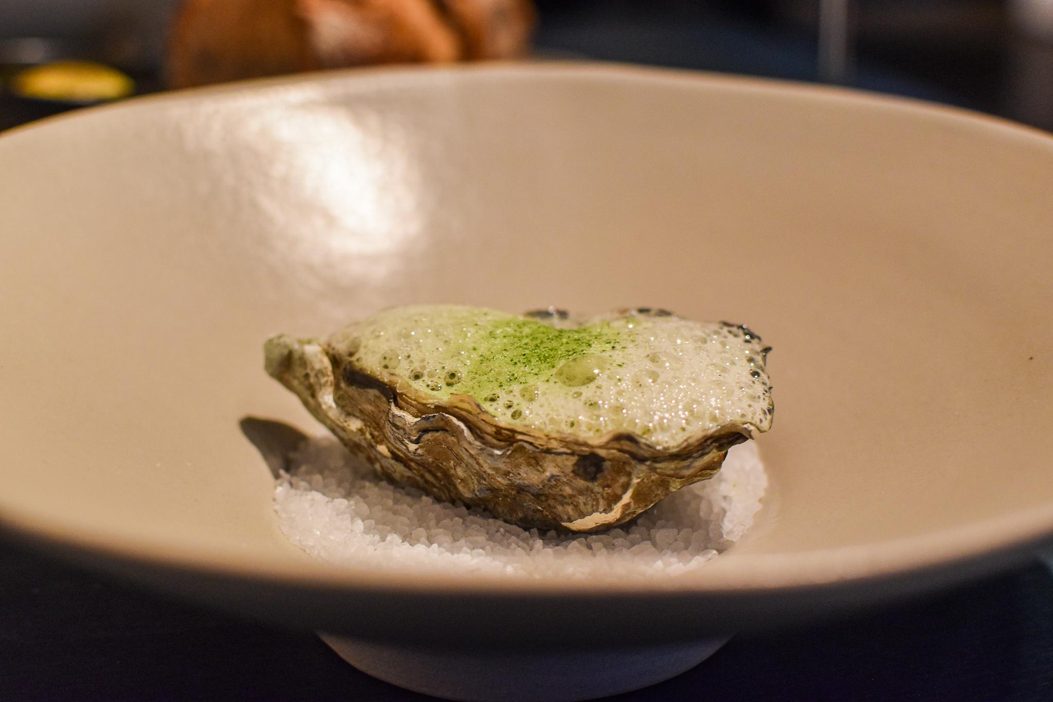 Kort gebrande Gillardeau-oester - Tartaar van waterkers - Oesterjus