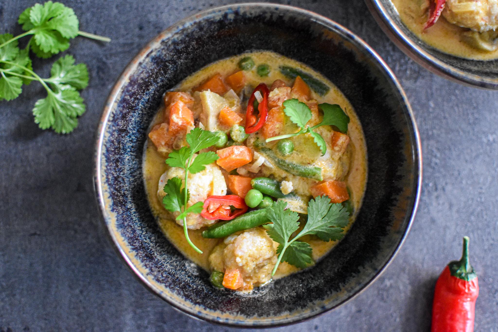 Rode curry met vis balletjes en rijst
