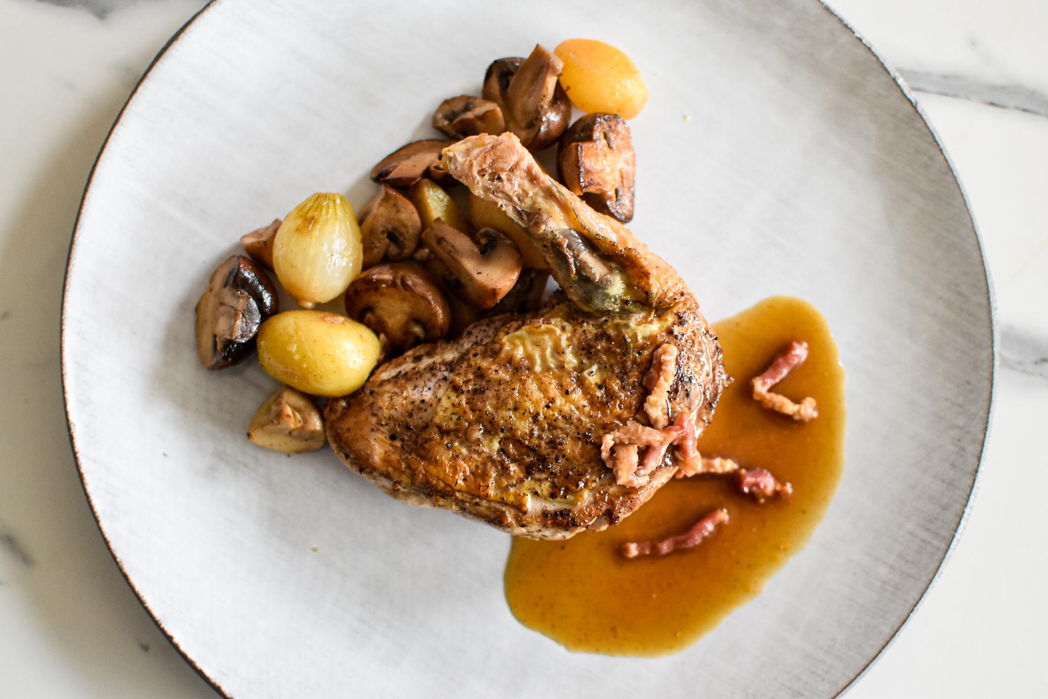 Parelhoen op wijze van de Chef, gebakken aardappelen, zilverui en paddestoel