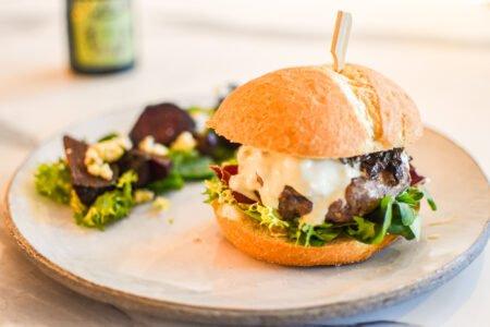 Hamburger met rode biet en blauwe kaas