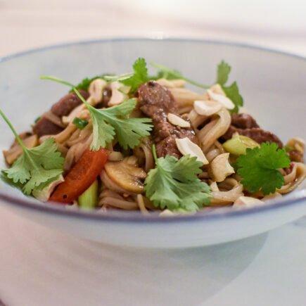 Knoflook rundvlees met oestersaus en rijstvermicelli