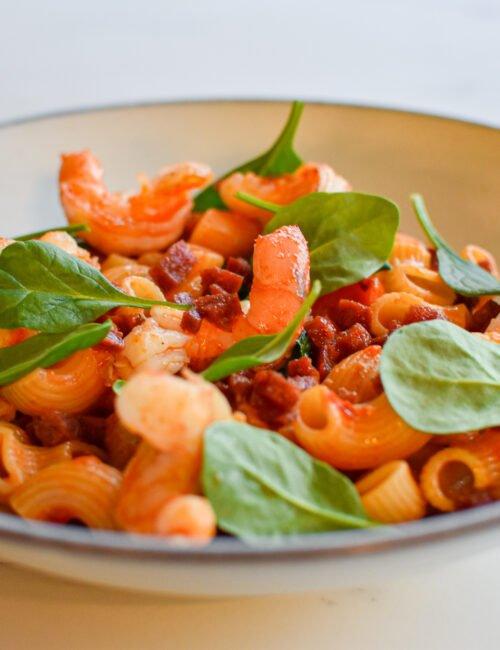 Pasta met scampi, chorizo, spinazie en rode pesto