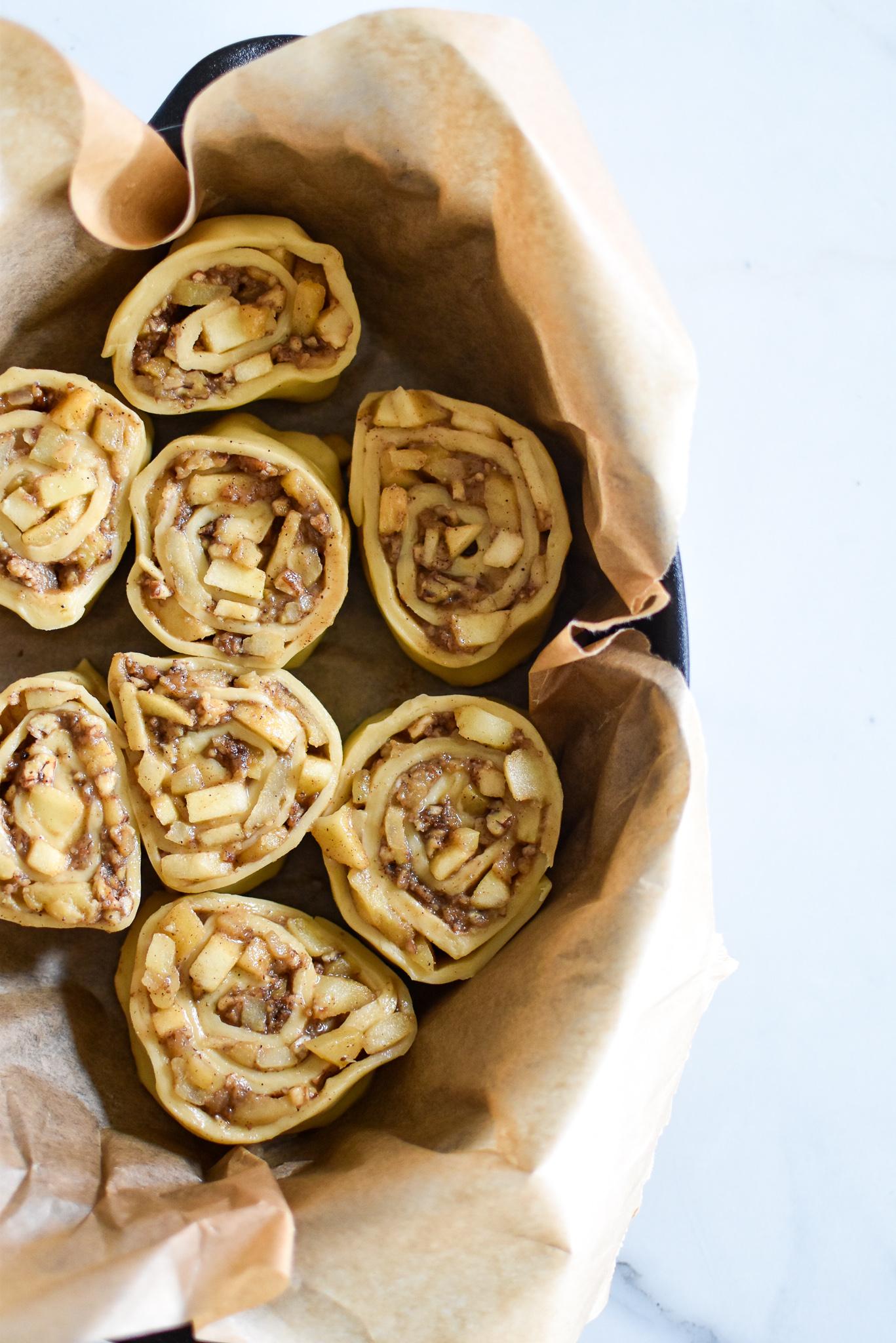 Kaneelbroodjes met appel, pecannoten en Elixir D' Anvers