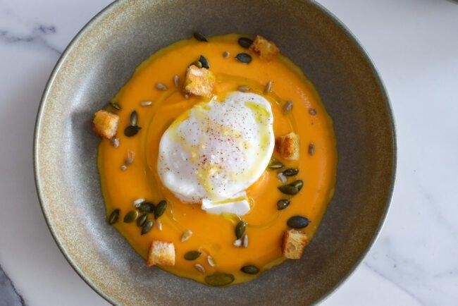 Crème van pompoen, gepocheerd ei en groentenchips