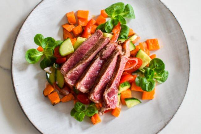 Entrecote met Oosterse salade en zoete aardappel