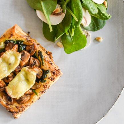 Bladerdeeggebakje met spinazie, champignons en brie