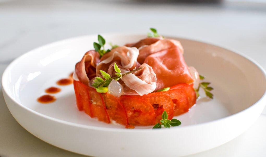 Ricotta – gepofte paprika – gemarineerde tomaat – Parmaham 25 maanden – za'atar